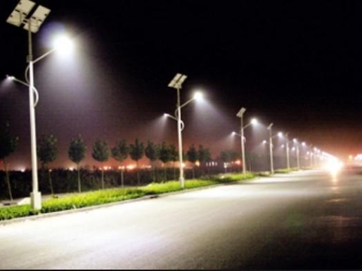 Sử dụng đèn tích điện năng lượng mặt trời chiếu sáng đường phố