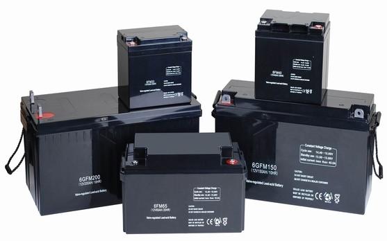 Các bình ắc quy có nhiệm vụ lưu trữ điện năng lượng mặt trời