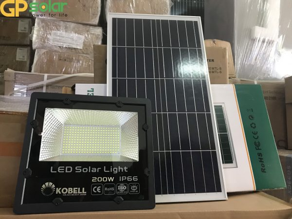 Đèn pha năng lượng mặt trời 200w Kobell